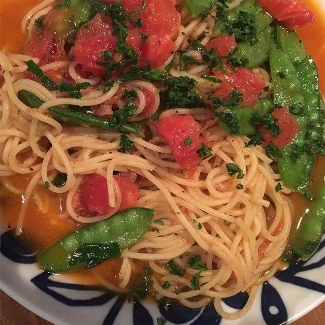 真っ赤なトマトと絹さやのグリーンのコントラストが鮮やか!生のトマトも美味しいけど、加熱したトマトの旨味は半端ない( ゚艸゚;)バジルと相性抜群のウマウマパスタに。#パスタ #トマト #バジル #snapmart  #スパゲティ