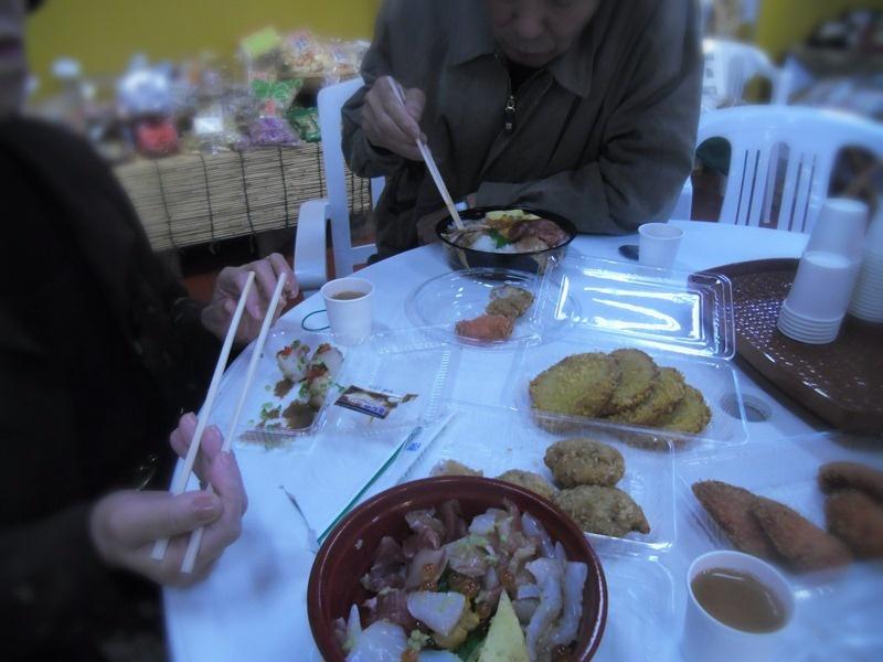 市場の魚屋さんで販売の海鮮丼とギョロッケに舌鼓