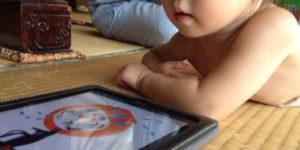 縷々、iPadで絵本を読む。