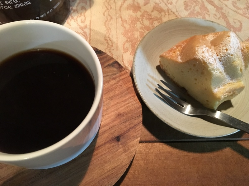 美味しいケーキに渋めのコーヒーを。