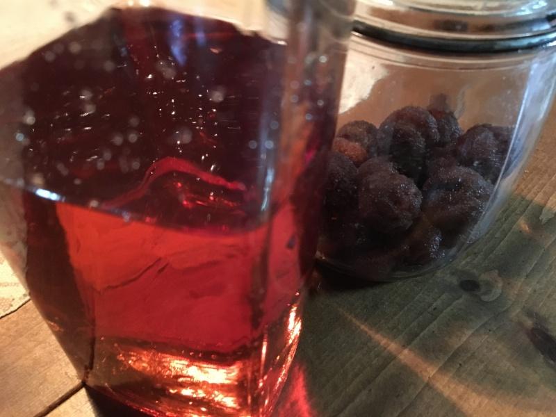 昨年の山桃酒を機械栓ガラス瓶に詰めて
