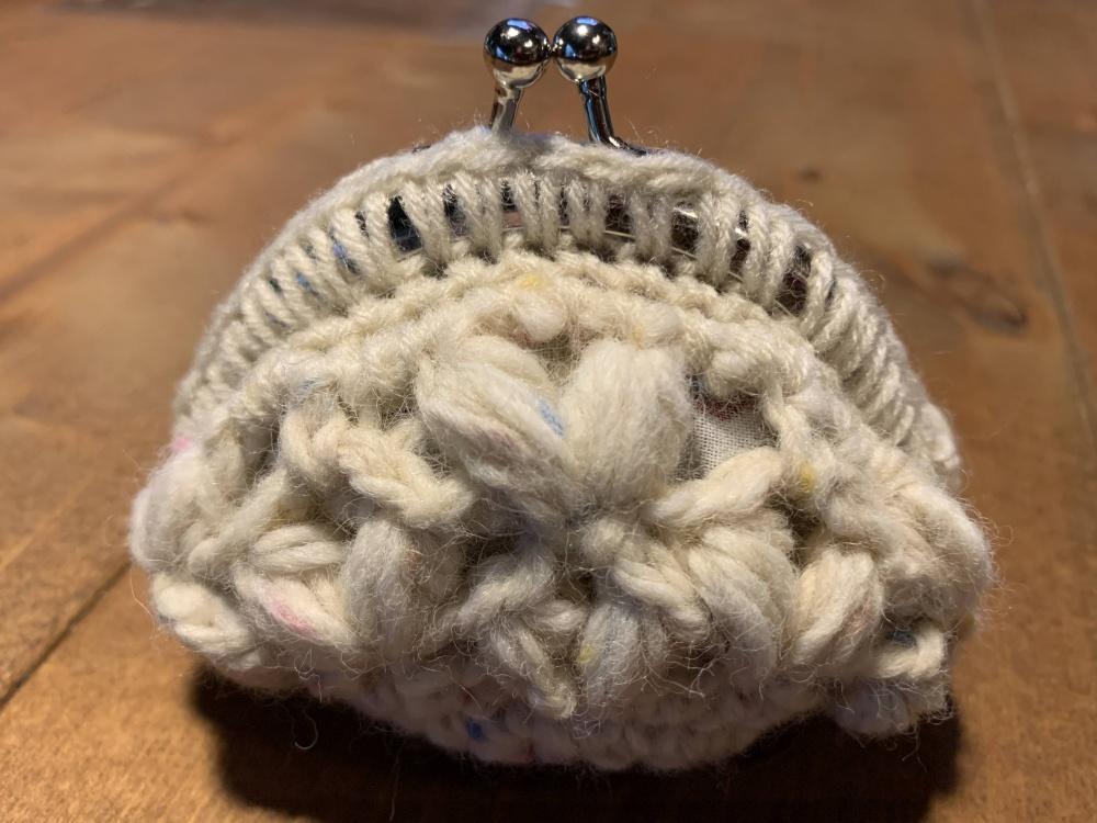 小ぶりな口金編み付けポーチ