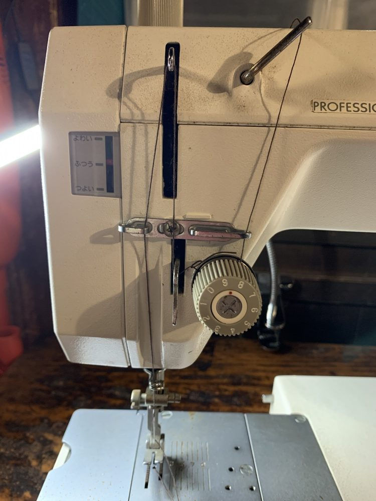 シンガーの工業用ミシンの糸の通し方