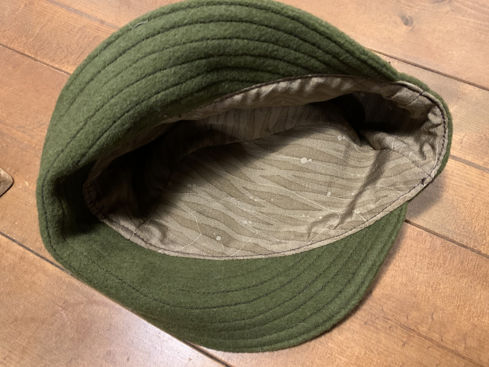 カーキ色の子供用帽子