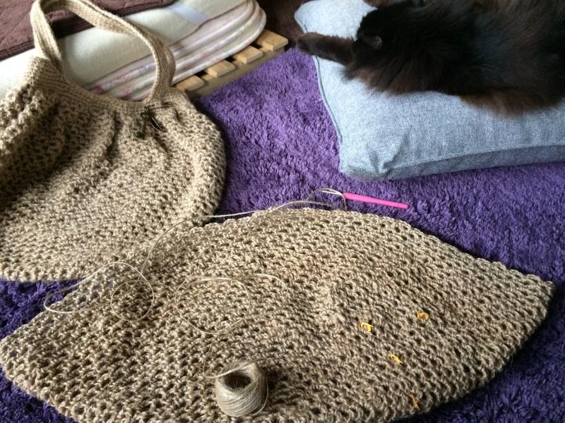 麻ヒモで肩掛けバッグを編みかけ