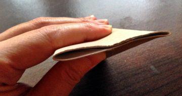 トイレットペーパーの芯の片方の端を平らにつぶす