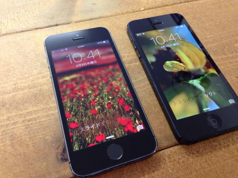 ねこもりやのSB iPhone5(右)とau iPhone5s(左)